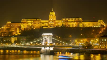 tuna : Twilight to night time lapse of the famous Széchenyi Chain Bridge at Budapest, Hungary