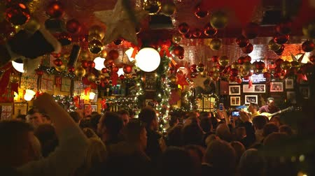 паб : Dublin, OCT 28: Many people inside the famous Temple Bar on OCT 28, 2018 at Dublin, Ireland