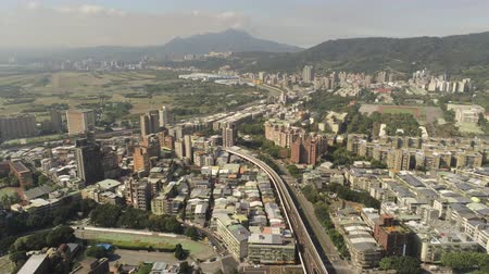 mães : Aerial view of the metro line and cityscape of Xinbeitou area at Taipei, Taiwan