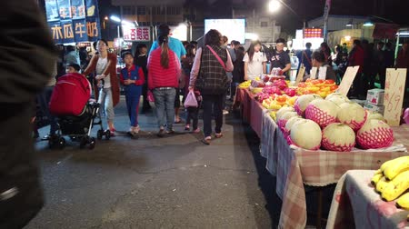 taiwan : Yuanli, DEC 27: Walking in the night market of Yuanli Township on DEC 27, 2018 at Yuanli, Taiwan Vídeos