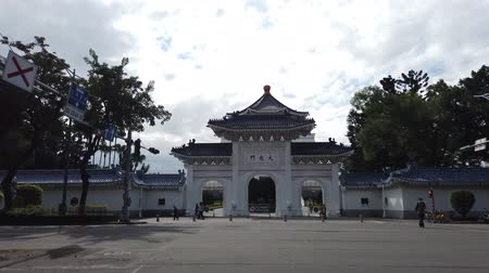 мемориал : Taipei, JAN 4: Archway of the Chiang Kai-shek Memorial Hall at JAN 4, 2019 at Taipei Стоковые видеозаписи