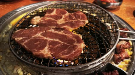 coreano : 4K Video of delicious Korean style Barbecue meat ate at Kang Hodong Baekjeong, Los Angeles, California