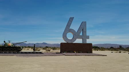 jelzések : Yermo, JUN 10: Liberty Sculpture Park on JUN 10, 2019 at Liberty Sculpture Park, Yermo, California Stock mozgókép