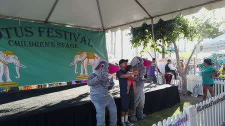 comerciante : Los Angeles, JUL 13: Many vendors in the Lotus Festival Echo Park on JUL 13, 2019 at Los Angeles, California