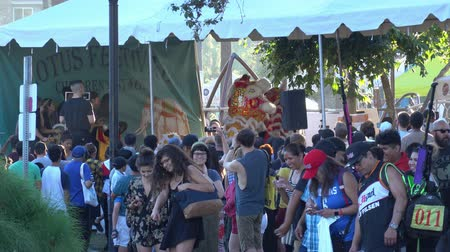loto : Los Angeles, 13 luglio: Dragon Dance per il Lotus Festival Echo Park il 13 luglio 2019 a Los Angeles, California Filmati Stock