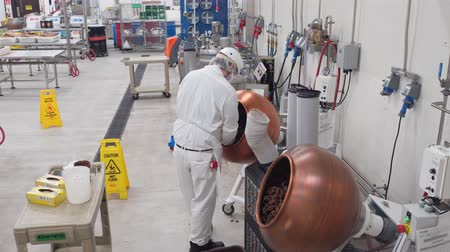 sziám : Las Vegas, DEC 2: Worker working in the famous Ethel M Chocolate Factory on DEC 2, 2019 at Las Vegas, Henderson Stock mozgókép