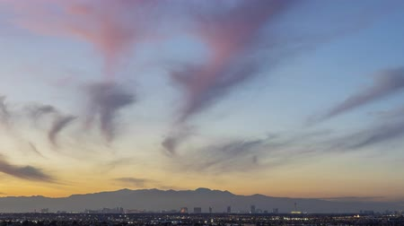 бульвар : Sunset timelapse of the famous Las Vegas Strip skyline with mountain behind at Nevada
