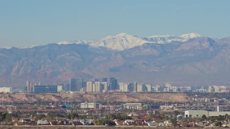 бульвар : Morning view of the famous Las Vegas Strip skyline with mountain behind at Nevada
