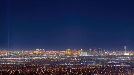 luksus : Night timelapse of the famous Las Vegas Strip skyline with mountain behind at Nevada