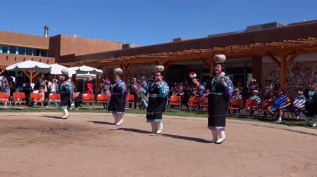 indiaan : Albquerque, OCT 5: Mensen dansen in traditionele Zuni-cultuurvoorstelling op 5 oktober 2019 in Albquerque, New Mexico