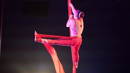 striptiz : Las Vegas, JAN 4: Free Acrobatic Troupe show in the famous Circus Circus Hotel & Casino on JAN 4, 2020 at Las Vegas, Nevada Stok Video