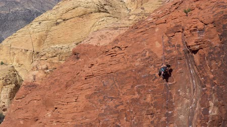 альпинист : Las Vegas, Jan 25: Climber climbing in the famous Red Rock Canyon on JAN 25, 2020 at Las Vegas, Nevada