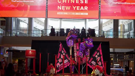 draak : Las Vegas, JAN 26:  Lion dance walking on the small circular platforms on poles in the Fashion Show shopping mall on JAN 26, 2020 at Las Vegas, Nevada Stockvideo