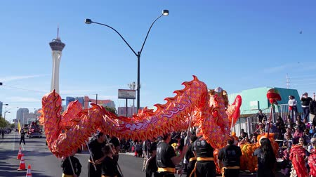 парад : Las Vegas, JAN 25:  Lion Dance in the Las Vegas Art District parade on JAN 25, 2020 at Las Vegas, Nevada Стоковые видеозаписи