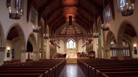 aanbidding : Pasadena, JAN 16: Interior view of the All Saints Episcopal Church on JAN 16, 2020 at Pasadena, California Stockvideo