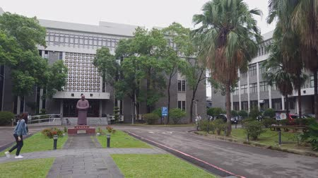 esquerda : Taipei, NOV 5: Morning view of the Chau Yun Building of Fu Jen Catholic University on NOV 5, 2019 at Taipei, Taiwan Vídeos