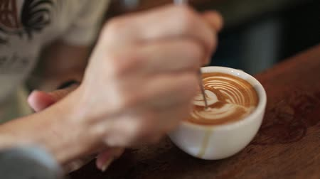sztuka : Hand doing latte art,close up