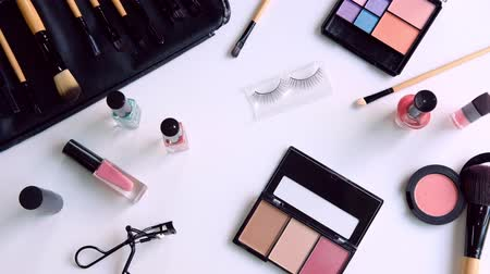 coisas : Woman cosmetics, brush and make up on dressing table at home
