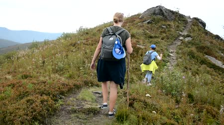 rövidnadrág : Two girls are walking along a mountain path.