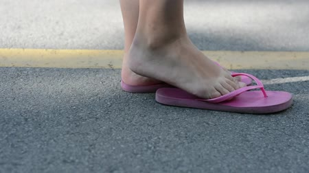 giymek : The girl is barefoot and in slippers.