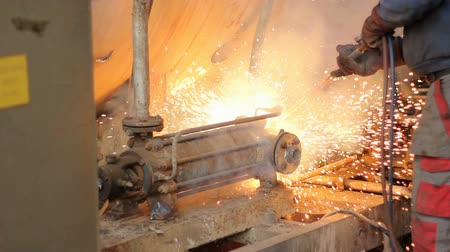 Cutting metal with gas that is transported for further processing in a smelter