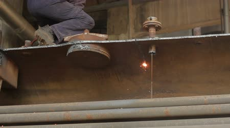 сварщик : Cutting metal with gas that is transported for further processing in a smelter