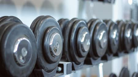 лифтинг : sorted weights in the gym Стоковые видеозаписи