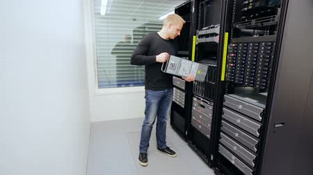 rechenzentrum : IT-Berater zu installieren Blade-Server in Datencenter