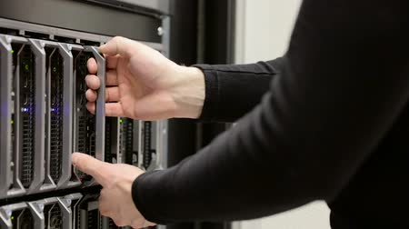 устанавливать : IT consultant removes blade server in datacenter
