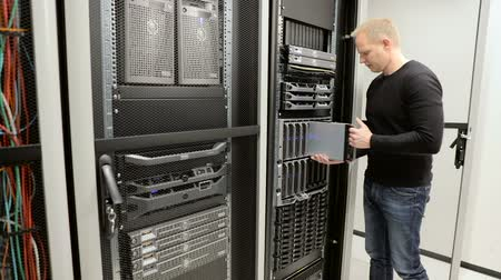 rastrelliera : consulente IT di rimuovere blade server in data center