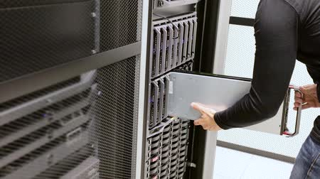 instalação : IT consultant install blade server in cluster at datacenter