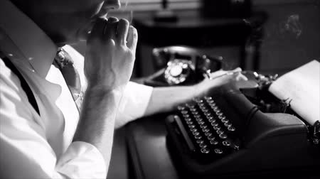 autor : The camera pans up as a lit cigarette is picked up by a reporter typing on a manual typewriter. Film Noir Vídeos