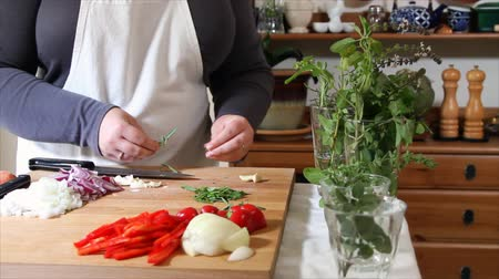 alecrim : A culinary chef takes fresh herbs from a glass and prepares them for chopping. Stock Footage