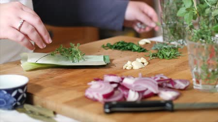 besinler : A chef preparing a bundle of herbs for seasoning soups or stews called Bouquet Garni.
