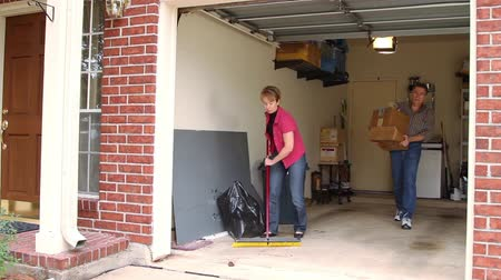 garagem : Mature couple working to clean the garage.