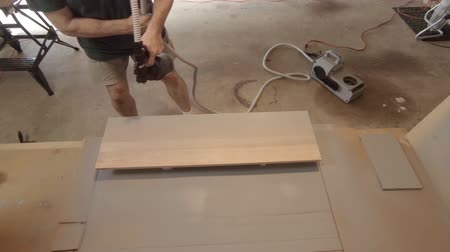 prkna : A homeowner handyman type using a HVLP paint sprayer to paint the tread of a step as part of a staircase renovation project Dostupné videozáznamy