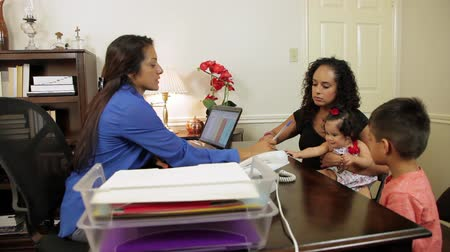 латина : CEO or small business owner meeting with lovely Hispanic mom and her children to take care of paperwork.
