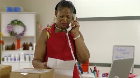 бизнес леди : A lovely African American shop owner on a phone call handles a frustrating business matter.