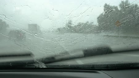 deszcz : Slow motion windshield wipers driving in the rain.