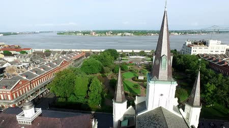 quadrado : Aerial view circling the St. Louis Cathedral in New Orleans French Quarter