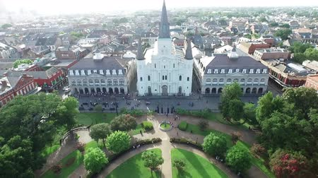 quadrado : Aerial view pulling back from the St. Louis Cathedral New Orleans