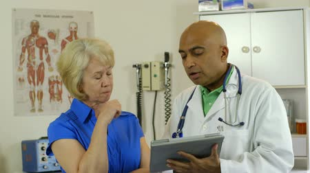 przychodnia : A doctor offers reassurance to his mature female patient about some concerning test results.