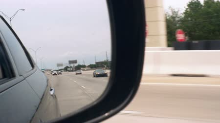 ограждение : Slow motion scene of traffic on a highway with point of view from a the side mirror of a traveling vehicle. Стоковые видеозаписи