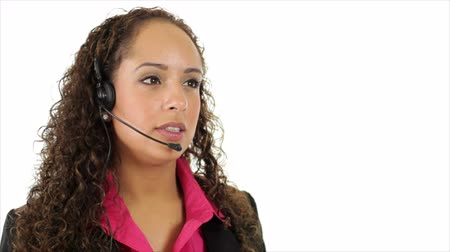 fejhallgató : A pretty Hispanic helpdesk operator wearing a headset provides assistance. White background with copy space.