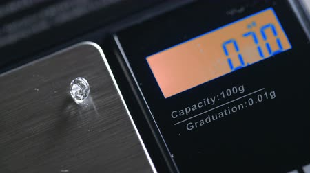 refraksiyon : Close up of the digital display number readout as a diamond is being weighed. Stok Video
