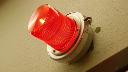 индикатор : The light from a lamp flashes red warns of potential hazard or danger or to indicate an emergency condition.
