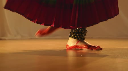 танцоры : The ankle bells accentuate the foot work of a classical Indian dancer.