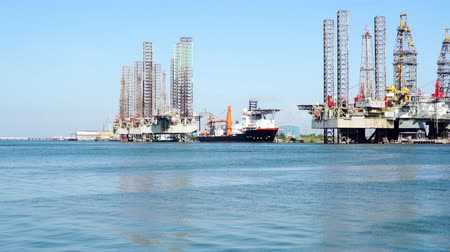 гидравлический : view of oil rigs and jackup barges in Galveston bay