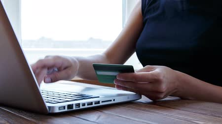 karta kredytowa : Paying with a credit card online, shopping