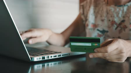 покупка товаров : Paying with a credit card online, shopping